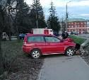 В Туле водитель «Хонды» снёс столб, вылетел на тротуар и сбежал