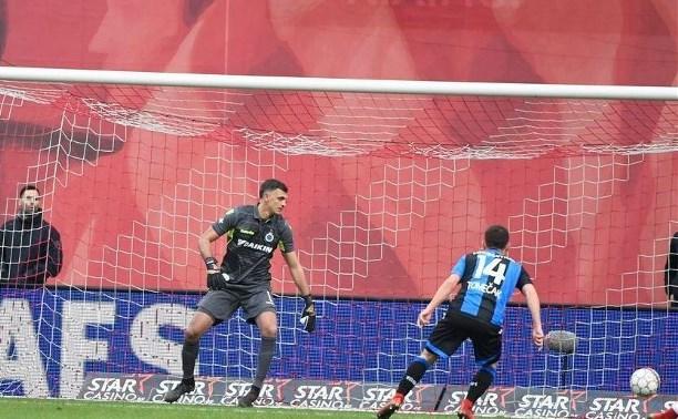 Экс-вратарь «Арсенала» пропустил два гола в дебютном матче за «Брюгге»