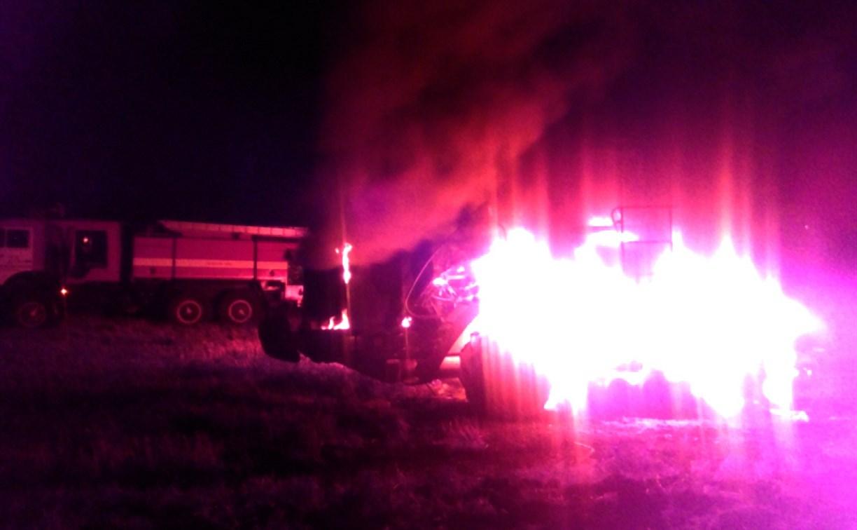 В Новомосковске ночью сгорел трактор