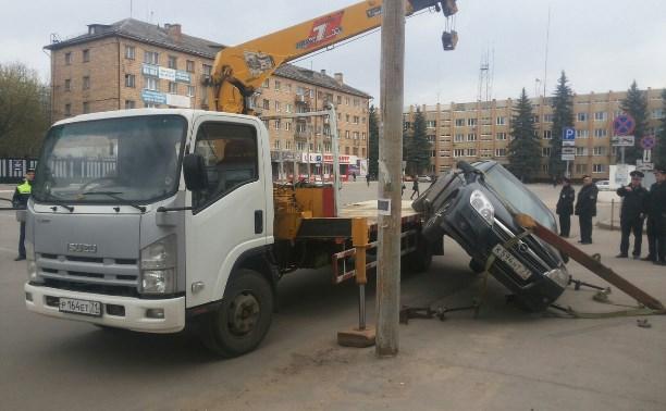 В Туле эвакуатор «уронил» автомобиль при погрузке