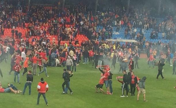 Фанаты «Спартака» и «Арсенала» выбежали на поле после матча