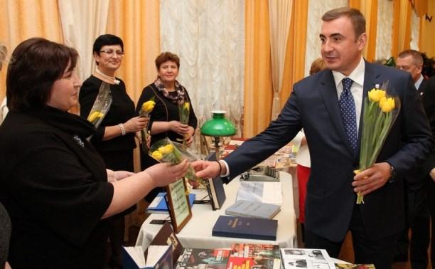 Алексей Дюмин поздравил тулячек с 8 Марта в филармонии