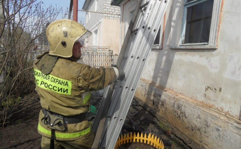 В тульской деревне прохожие спасли инвалида из горящего дома