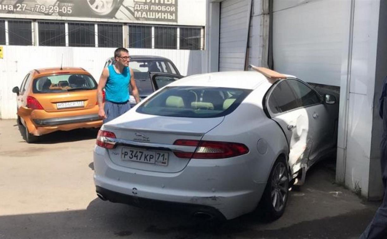 Момент с протаранившим автомойку Jaguar попал на видео