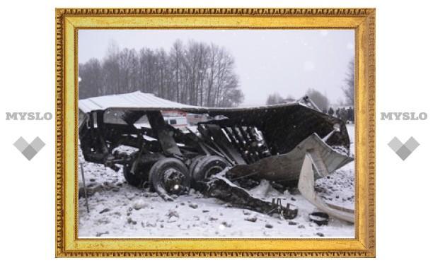 КамАЗ, столкнувшийся с поездом, превратился в груду металла