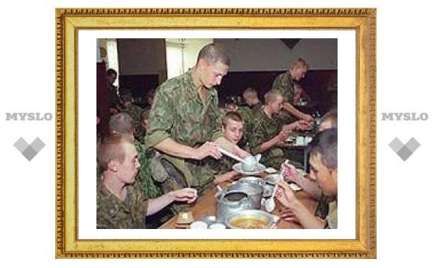 Солдат стали кормить колбасой и сыром