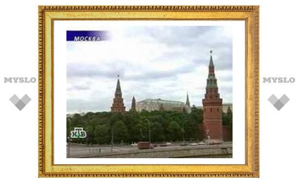 Напротив Кремля сломалось прогулочное судно