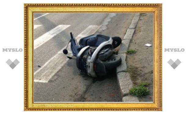 В Туле скутерист въехал в ограждение