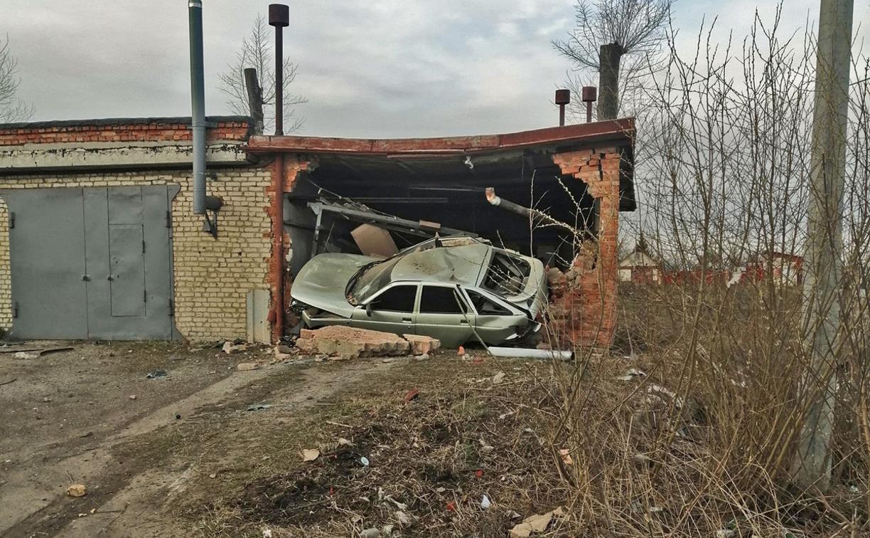 В Узловой машина проломила стену и влетела внутрь гаража