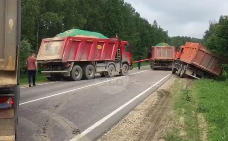 На дороге Тула - Белев самосвал съехал в кювет