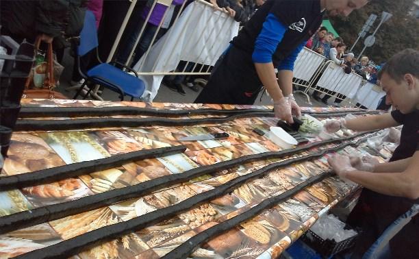 Тулякам запретили есть огромный ролл, приготовленный в честь Дня города