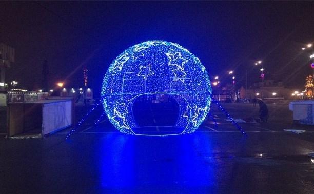 Любители селфи сломали огромный новогодний шар на площади Ленина