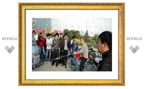 Китаец передвинул грузовик правой ноздрей
