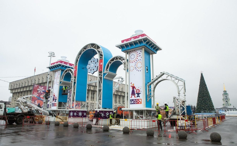 На площади Ленина устанавливают новогоднюю арку: фоторепортаж