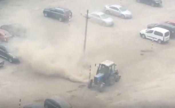 Уборка по-тульски: адский трактор чистит стоянку