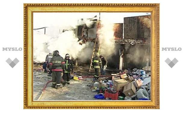 На Мытищинской ярмарке загорелся ангар