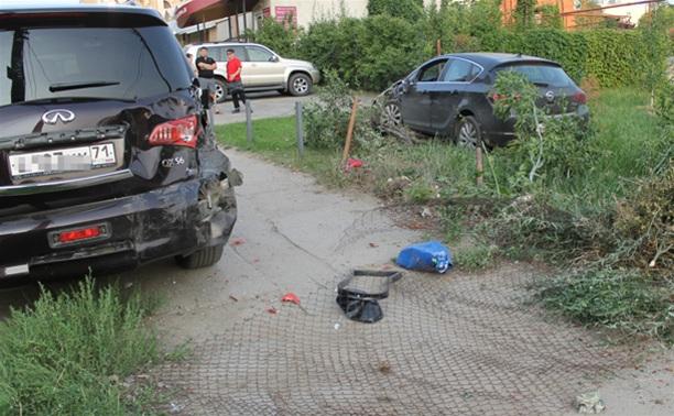 """В Туле """"Opel"""" перелетел бордюр и протаранил припаркованный """"Infiniti"""""""