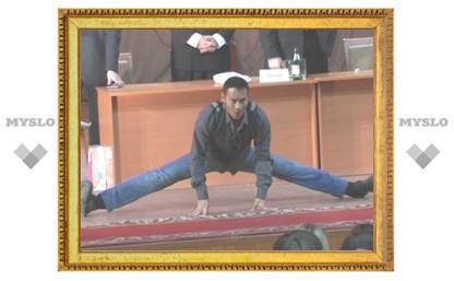Звезда Голливуда Марк Дакаскос уселся на поперечный шпагат перед студентами ТулГУ