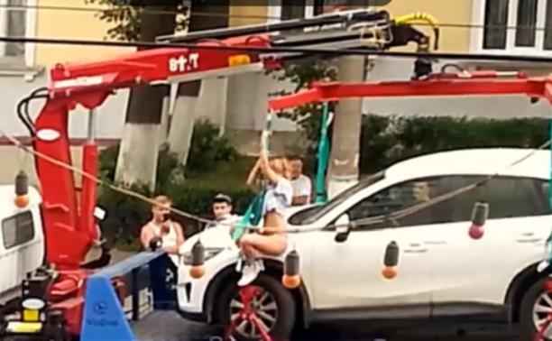 Девушка станцевала стриптиз, чтобы ее машину не эвакуировали