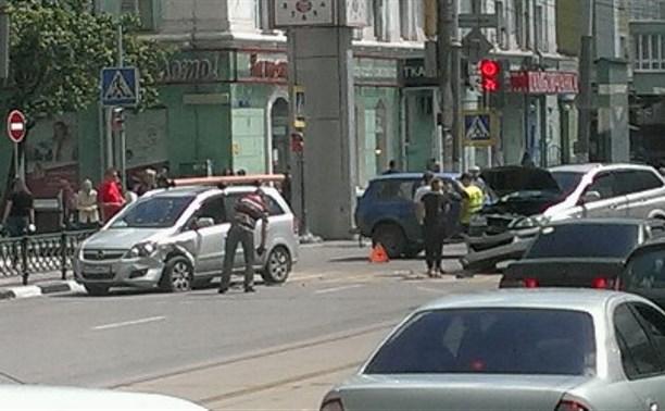 В центре Тулы столкнулись два авто