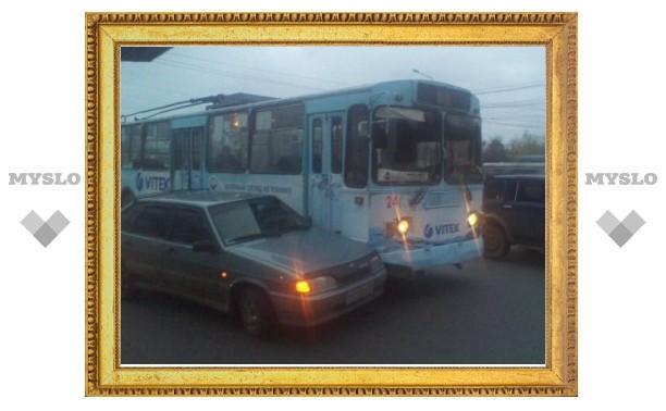 В Туле троллейбус столкнулся с легковушкой