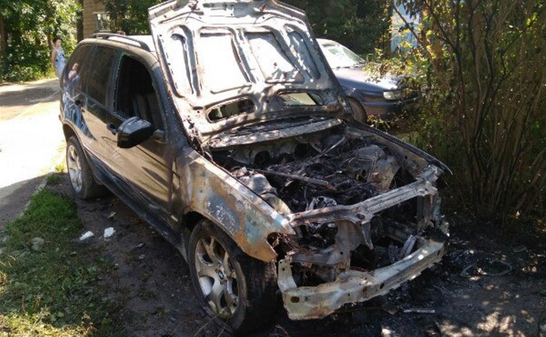 В Туле на улице Кабакова сгорел BMW-X5