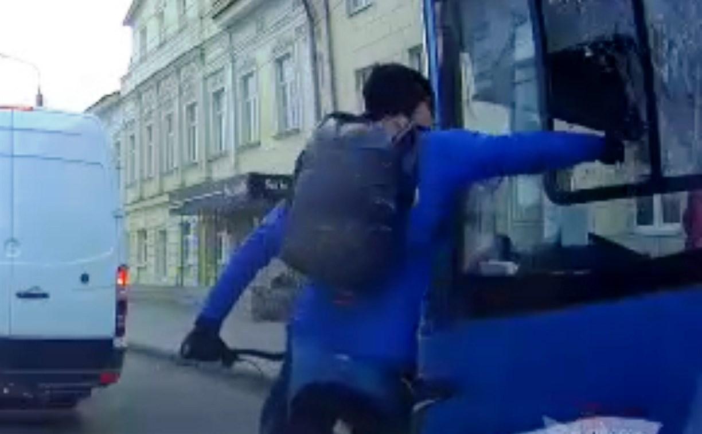 В Туле велосипедист от злости разбил окно в автобусе