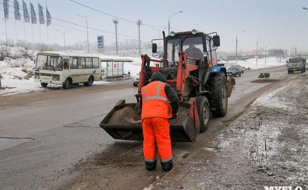 Дорожники льют в ямы на тульских дорогах по 25 тонн литого асфальта в день