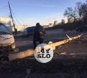На выезде из Тулы грузовик врезался в столб и перекрыл движение
