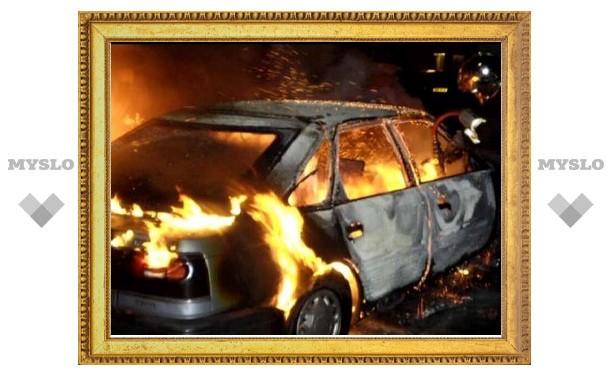 В области огонь уничтожает автомобили