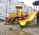 В Туле на ул. М. Горького детская площадка засыпана щебенкой