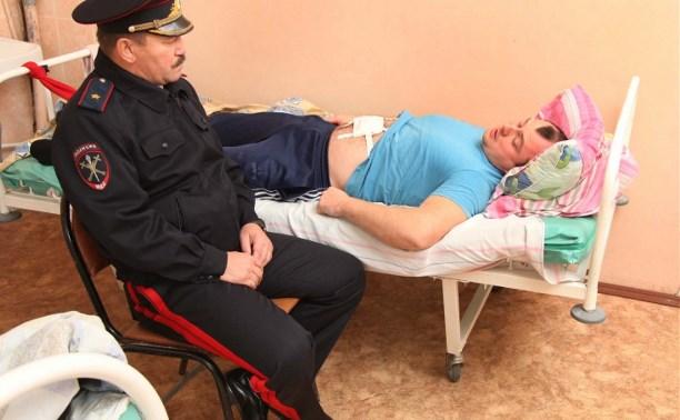 Начальник УМВД посетил в больнице оперативного дежурного, раненого нетрезвым посетителем отделения полиции