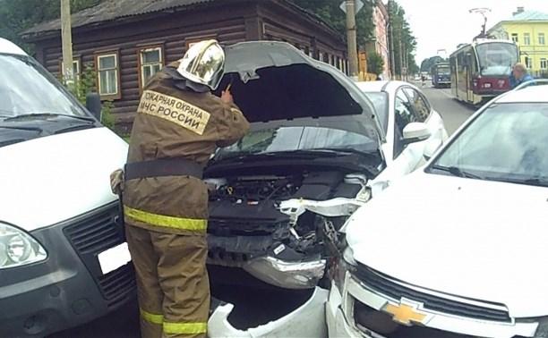На перекрестке Оборонной и Тимирязева столкнулось три автомобиля