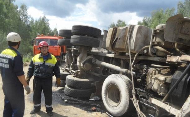 В Тульской области перевернулся грузовик с песком
