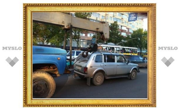 """В Туле автокран насадил """"Ниву"""" на крюк"""