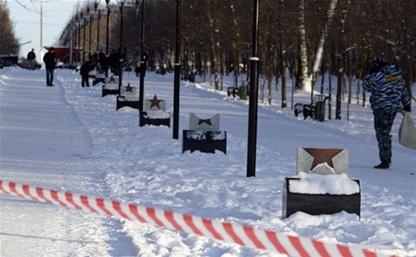Монументы на аллее Победителей в Белоусовском парке повредили пьяные студенты