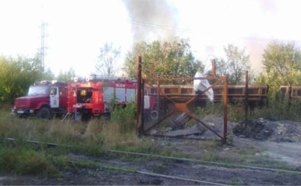 Больше часа спасатели борются с огнем на Косой Горе
