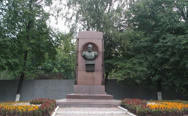 В Туле из-за износа конструкции из опор памятника выпал бюст Мосина