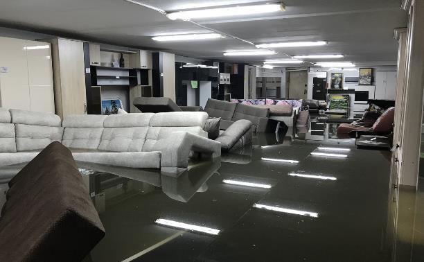 Затопило мебельный магазин: В Узловой «поплыли» диваны