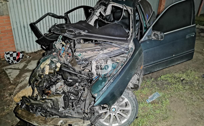 На выезде из Тулы BMW влетел в фуру: один человек погиб