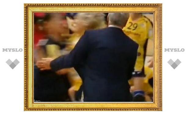 У тренера австрийских гандболисток сдали нервы на матче Лиги чемпионов