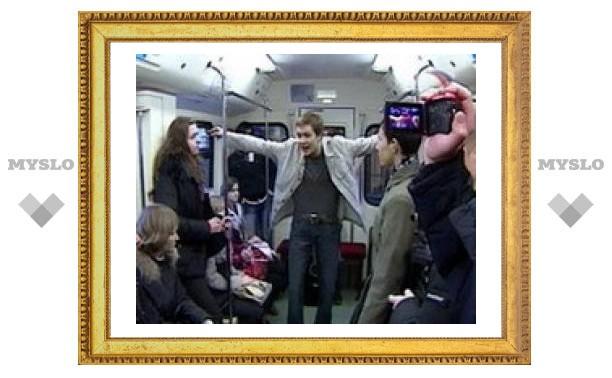 В движущемся поезде московского метро прошла премьера спектакля о любви