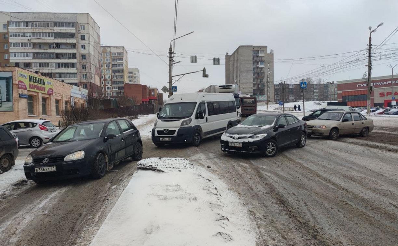 Автобус перегородил дорогу на ул. Металлургов: водители объезжают ДТП по тротуару