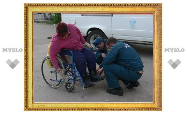 В Туле спасатели отремонтировали инвалиду коляску