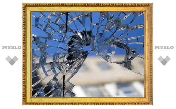 В Ефремове хулиган разбил стекло в доме соседки