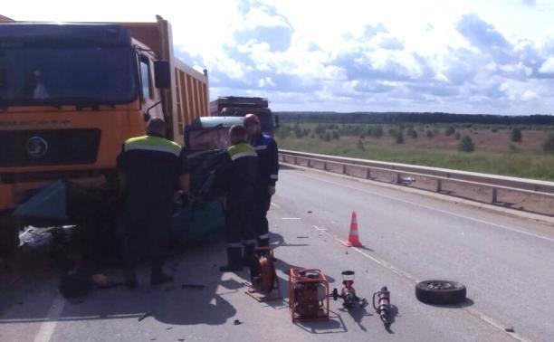 Женщина погибла в ДТП с легковушкой и самосвалом