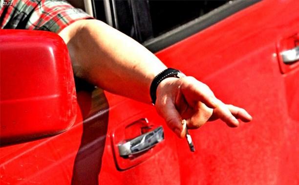 В Госдуме предложили штрафовать водителей за брошенный в окно окурок