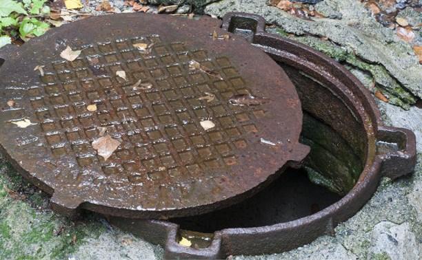 В Чекалине задержали похитителей крышек канализационных люков