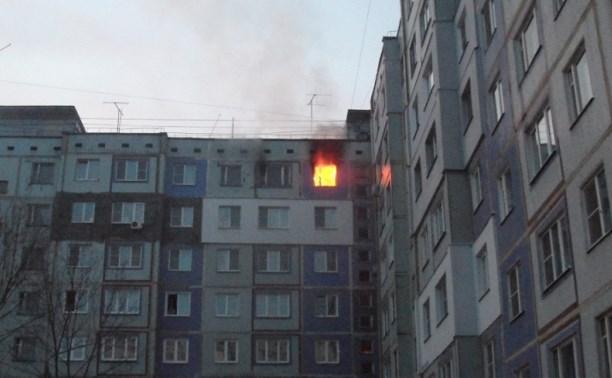 Тульские пожарные спасли из горящей квартиры двух человек