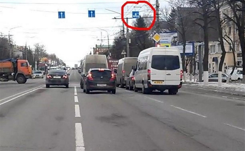 На проспекте Ленина перевернулся дорожный знак